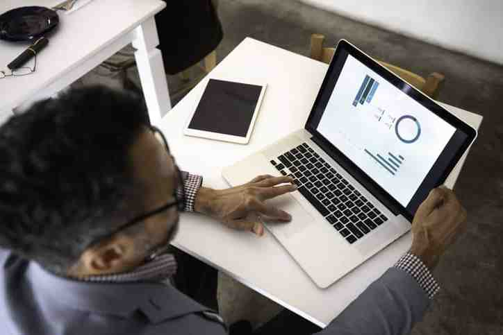 Who earns more data analyst or business analyst?